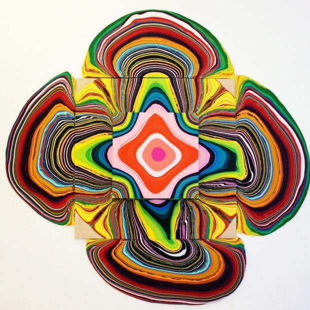 Fotografífotografía tall painting de artista Holton Rowell_escultura colorida_cascada de color_escultura de pintura